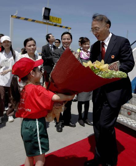 图文-国家奥运金牌运动员代表团抵港 刘鹏接受鲜花