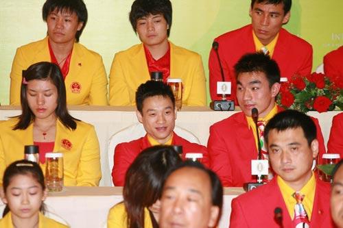 图文-中国奥运金牌运动员记者会 杨威笑得开心