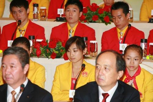 图文-中国奥运金牌运动员记者会 最美冠军何雯娜