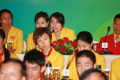 图文-中国奥运金牌运动员记者会 郭晶晶答记者问