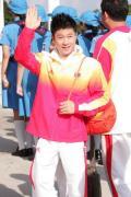 图文-金牌代表团在香港参加升旗礼 李小鹏笑得腼腆