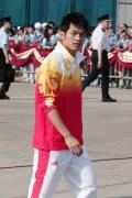 图文-金牌代表团在香港参加升旗礼 林丹看什么?