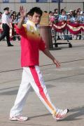 图文-金牌代表团在香港参加升旗礼 林丹帅气招手