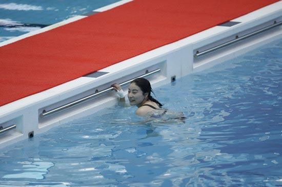 图文-国家跳水队赴香港访问表演 还是上岸好