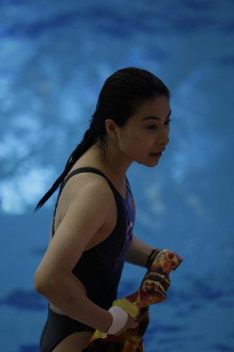 图文-国家跳水队赴香港访问表演 展现妩媚一面