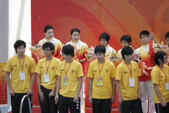 图文-国家跳水队赴香港访问表演 专设颁奖台