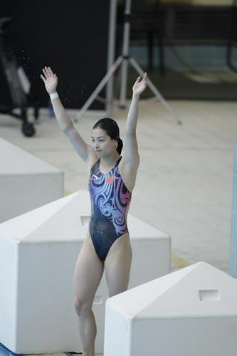 图文-国家跳水队赴香港访问表演 吴敏霞招手呢