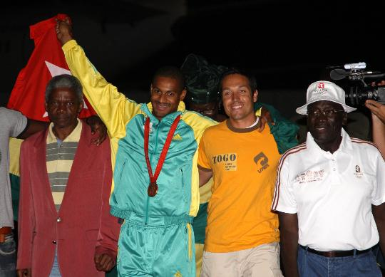 图文-多哥首枚奥运奖牌获得者回国 与大家合影