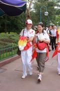 图文-奥运冠军游香港迪斯尼乐园 陈颖笑逐颜开