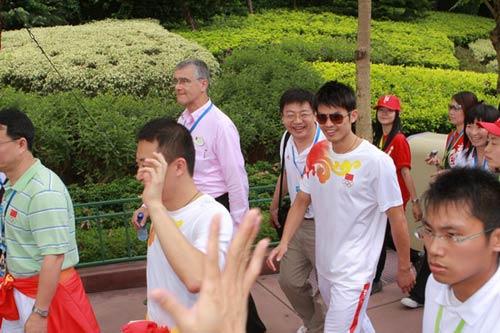 图文-奥运冠军游香港迪斯尼乐园 林丹马琳走在一起