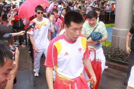 图文-奥运冠军游香港迪斯尼乐园 冠军们陆续走来