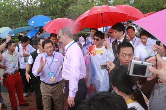 图文-奥运冠军游香港迪斯尼乐园 林丹露出笑容