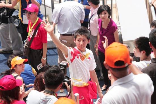 图文-奥运冠军游香港海洋公园 林跃被认出来了