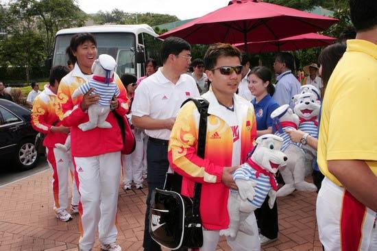 图文-奥运冠军游香港海洋公园 手拿长毛绒玩具