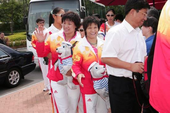 图文-奥运冠军游香港海洋公园 冼东妹与杨秀丽