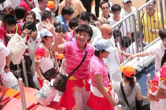 图文-奥运冠军游香港海洋公园 杨秀丽挥手致意
