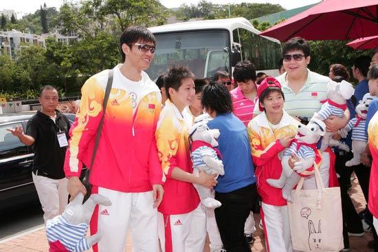 图文-奥运冠军游香港海洋公园 仲满高大帅气