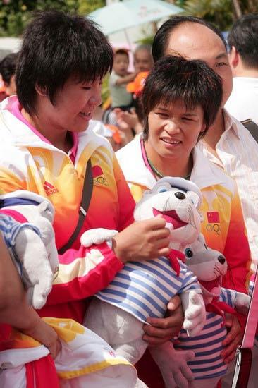图文-奥运冠军游香港海洋公园 冼东妹研究玩具