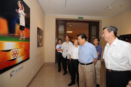 图文-2008北京奥运会大型新闻图片展 参观饶有兴趣