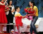 图文-湖北举行晚会欢迎奥运冠军 杨威下跪献花示爱