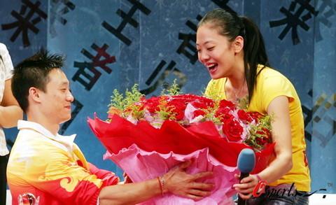 图文-湖北举行晚会欢迎奥运冠军 杨云满脸幸福激动