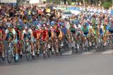 图文-环西班牙自行车赛落幕车手们密集前进