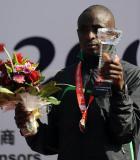 图文-北京国际马拉松赛结束男子季军西蒙展示奖杯