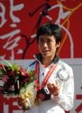 图文-北京国际马拉松赛结束白雪喜捧冠军奖杯