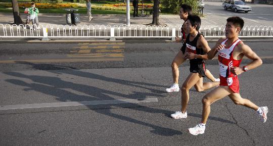 图文-北京国际马拉松赛赛况三位选手并驾齐驱