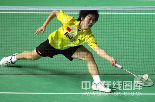 图文-中国羽球赛女单1/4决赛朱晶晶救球见真功