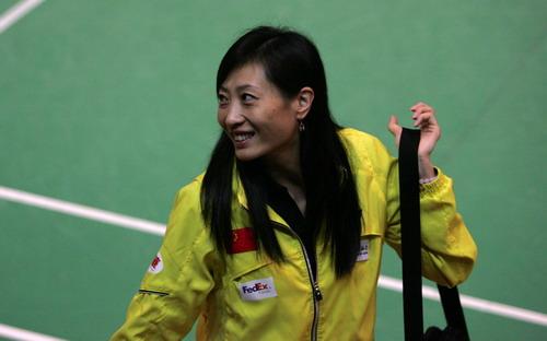 图文-香港羽球赛赛女单资格赛次轮教练张宁开怀笑