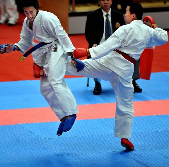 当日,2008全国空手道冠军赛在青岛大学体育馆拉开绝技.武术帷幕实战培训班图片