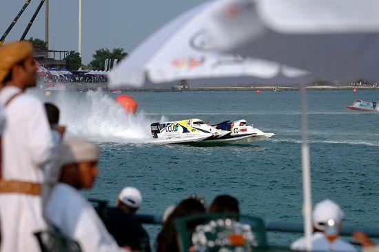 图文-F1摩托艇阿布扎比站正赛目睹超越瞬间