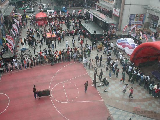 图文-李宁08之旅清远站 俯视篮球场全貌