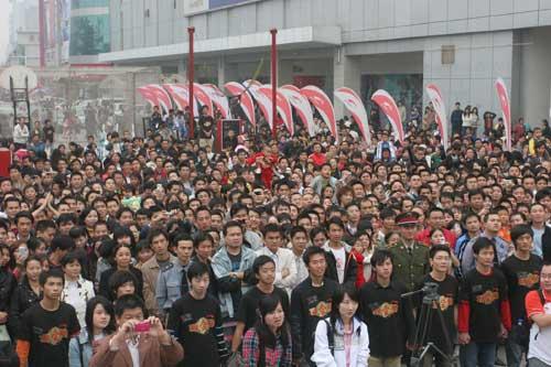 图文-李宁08中国之旅圆满收官 商场门前拥挤的人群