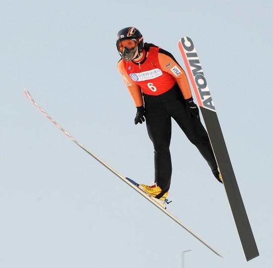 图文-日本队选手女子K90米个人赛夺冠直视前方