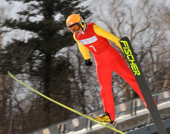 图文-李震环获得女子K90米个人赛季军空中飞跃
