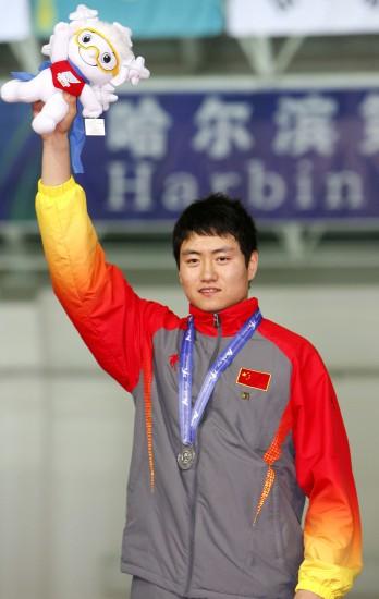 图文-大冬会男子速滑100米颁奖仪式张耀霖摘银
