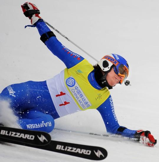 图文-大冬会滑雪赛场意外花絮瑞士选手摔倒瞬间