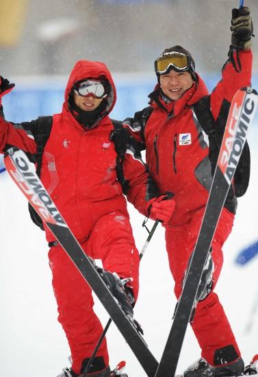 """图文文-大冬会滑雪赛场意外花絮雪板摆成""""V""""字"""