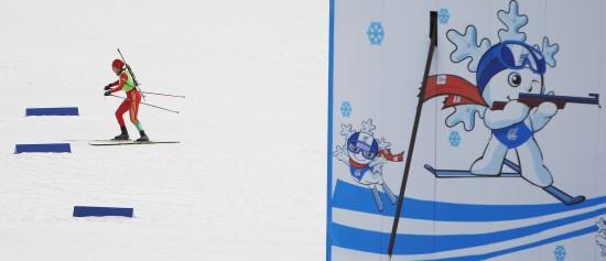 图文-冬季两项短距离7.5公里赛况柳圆圆雪中滑行