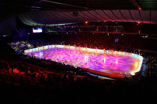 图文-花滑世锦赛团体赛首日主赛场冰面色彩斑斓
