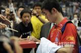 图文-世乒赛男单半决赛激战王励勤为球迷签名