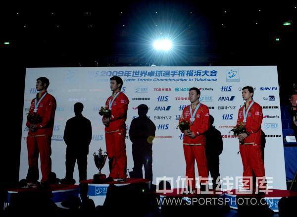 图文-世乒赛王皓夺冠颁奖礼聆听国歌奏响