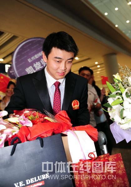 图文-中国乒乓球队从世乒赛凯旋王皓十分低调