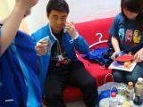 图文-乒乓球队拍摄宣传照花絮王皓在一直忙着签名