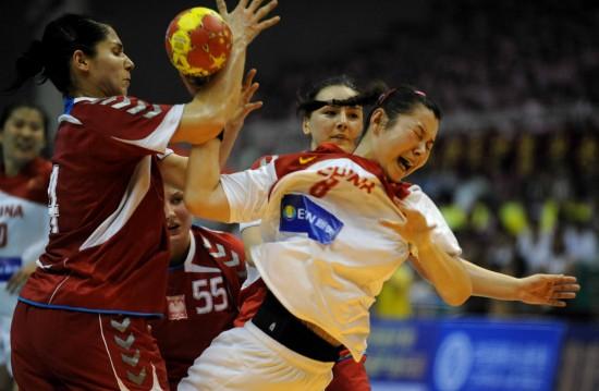 图文-女子手球精英赛中国负波兰刘�S进攻受阻