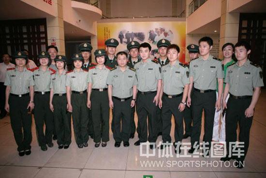 图文-乒乓球名将新疆军垦行八一队队员合影
