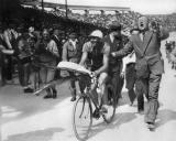 1932年众人迎接冠军载誉