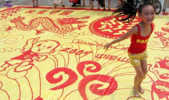 济南巨幅剪纸作品迎全运 小朋友手舞足蹈